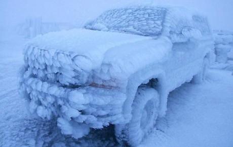 Замороженные автомобили – зима создает произведения искусства