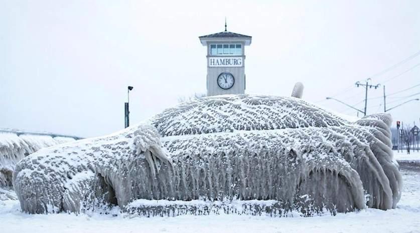 Легковушка во льду