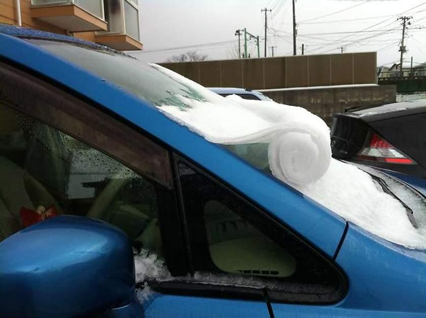 Рулон снега на лобовом