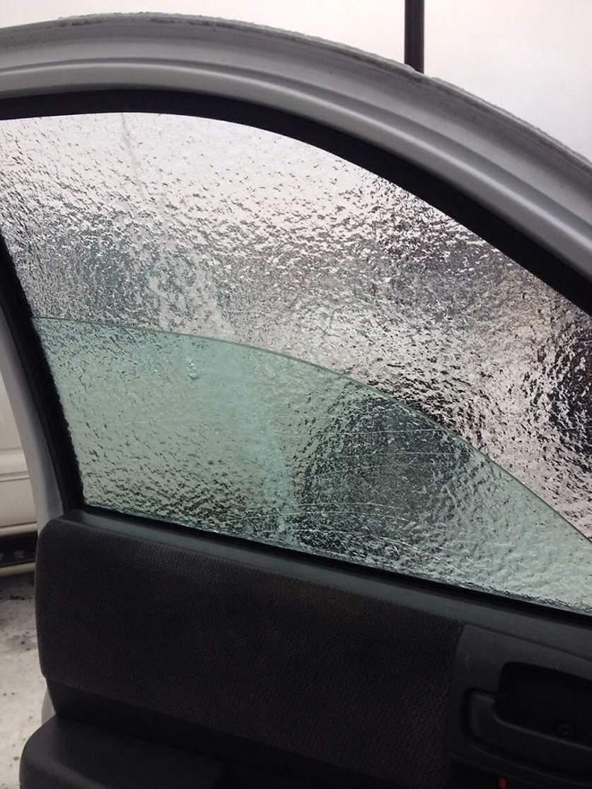 Опускаем стекло, а лед остается